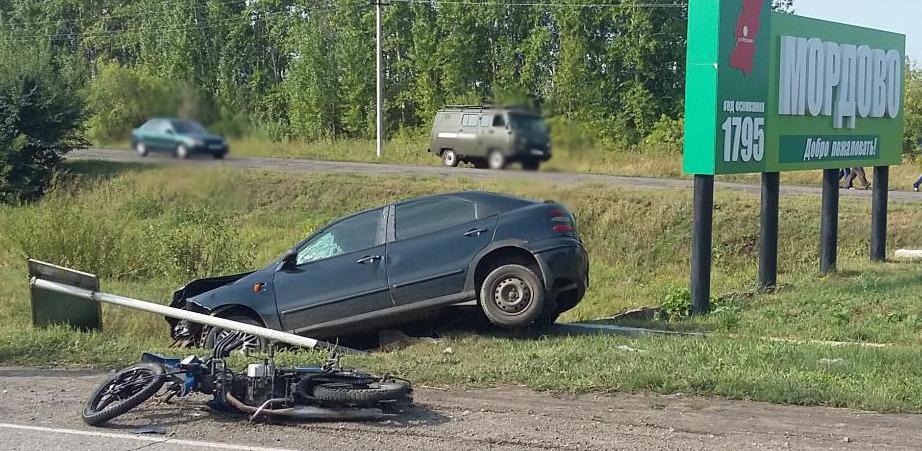 Мотоциклист врезался в иномарку на трассе