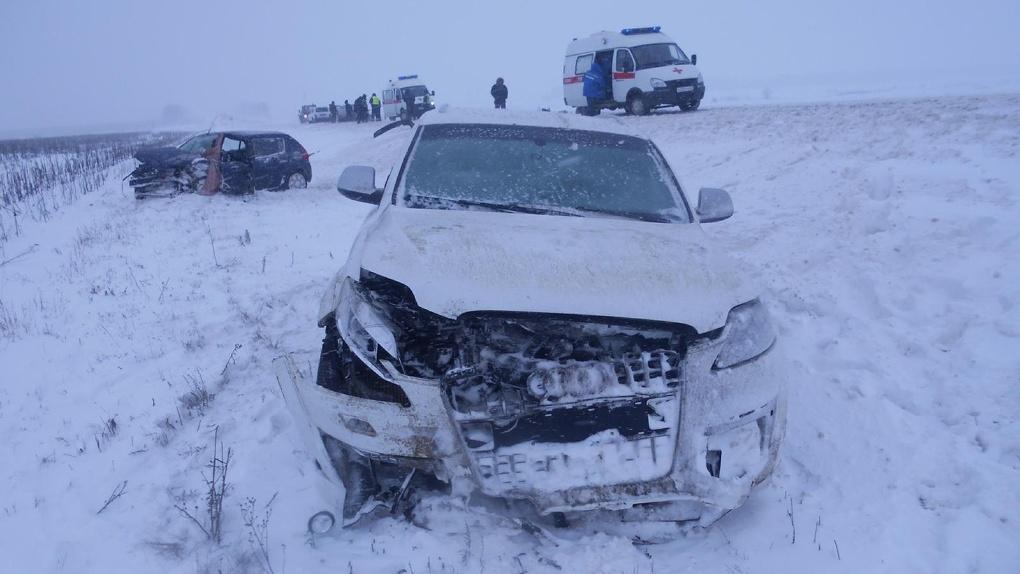Из-за метели на трассе столкнулись три авто: пострадали пять человек
