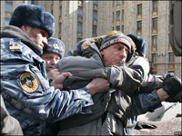 ОМОНовцы сломали руку митингующей помощнице депутата Госдумы