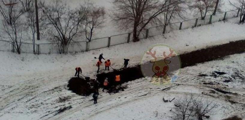 Необъяснимо, но факт: в одном из дворов Тамбова рабочие уложили асфальт на снег
