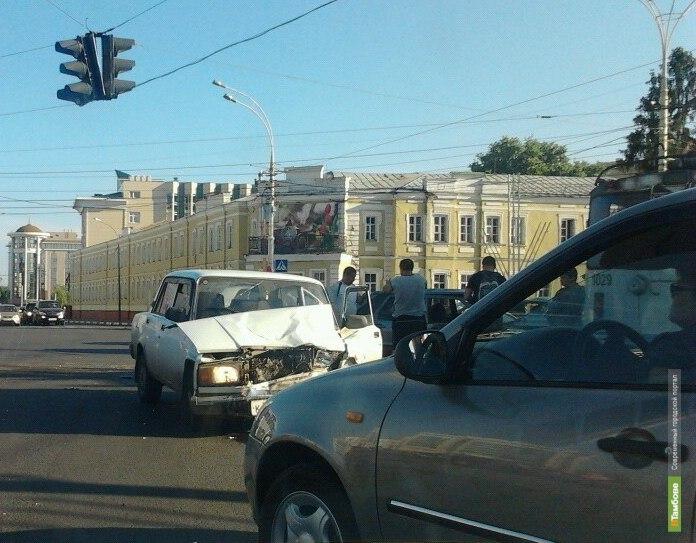 На главной площади Тамбова легковушка въехала в троллейбус
