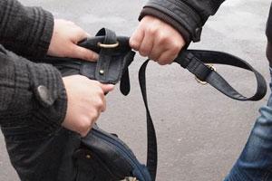 В Тамбове двое мужчин ограбили и избили молодого парня