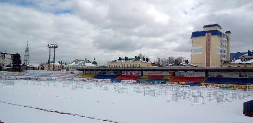 Работники стадиона «Спартак» спасли от непогоды новый газон