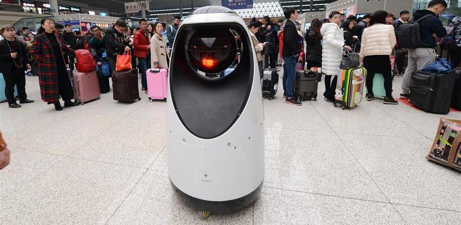 На вокзале в Китае начал работать первый робот-полицейский