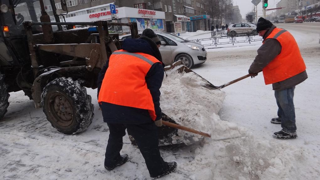 Власти региона призывают чиновников выйти на расчистку снега. Кое-кто уже вооружился лопатой