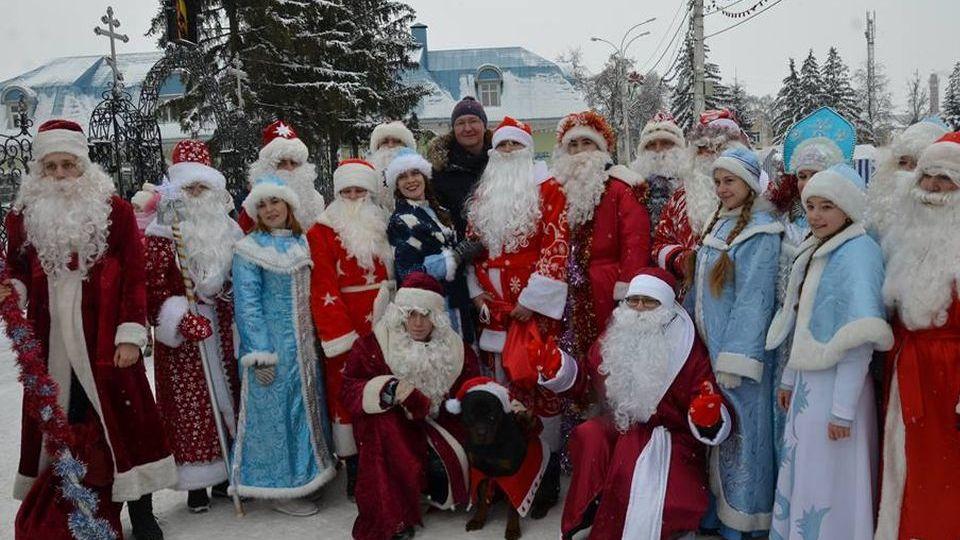 В Рассказово прошёл Парад Дедов Морозов во главе с полицейской собакой