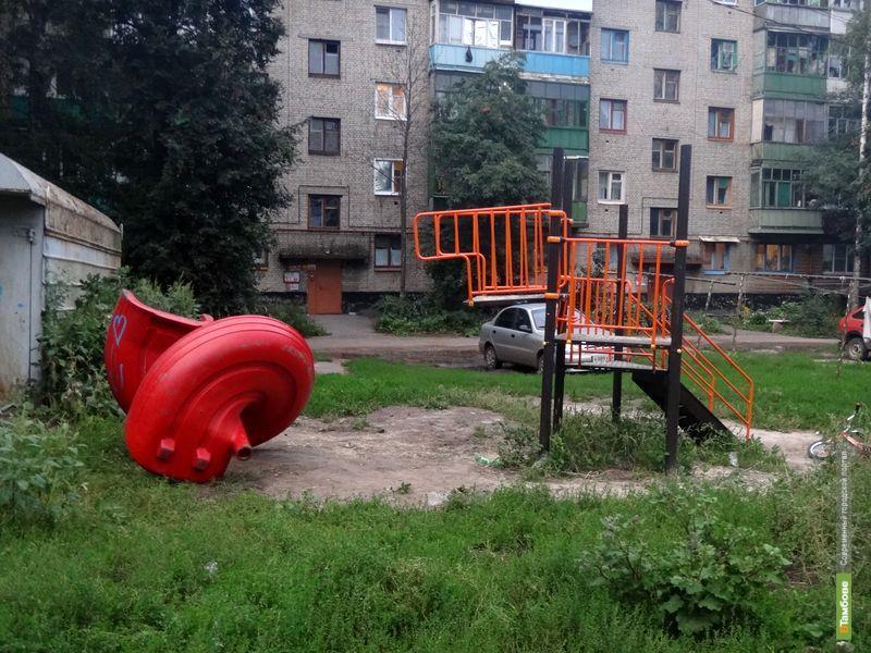 Детская площадка в одном из дворов Тамбова не прожила и полгода
