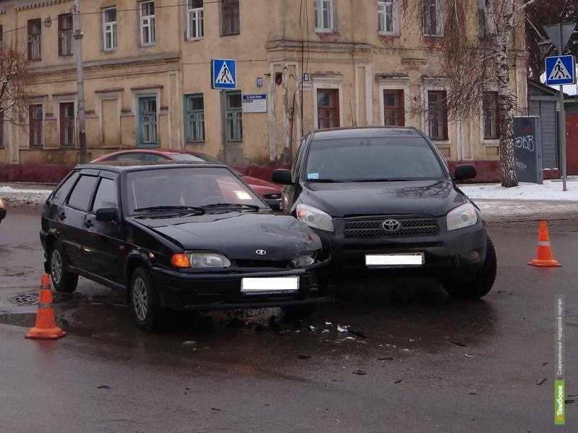 В Тамбове Toyota Rav 4 и ВАЗ 2114 не поделили перекресток