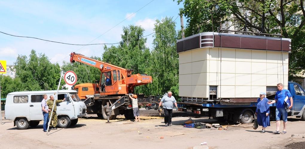 Городские власти борются с незаконной торговлей: в ход пустили эвакуатор и подъёмный кран