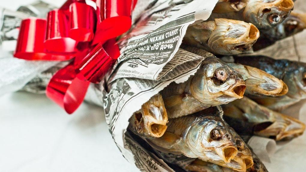 Вязаные танки, носки в банке и торт с яйцами. Самые нелепые и смешные подарки на 23 февраля