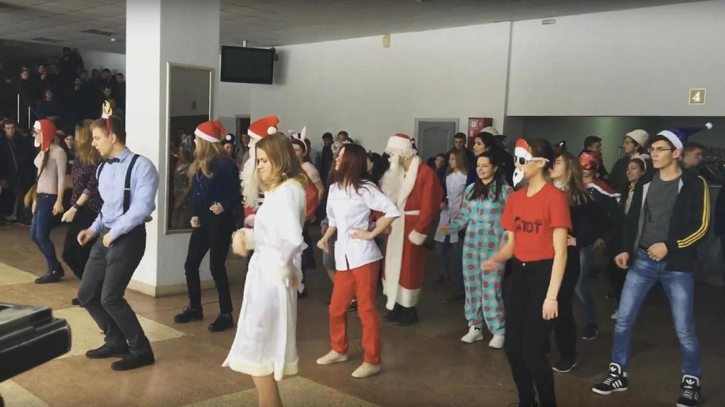 Студенты ТГТУ устроили новогодние танцы в учебном корпусе
