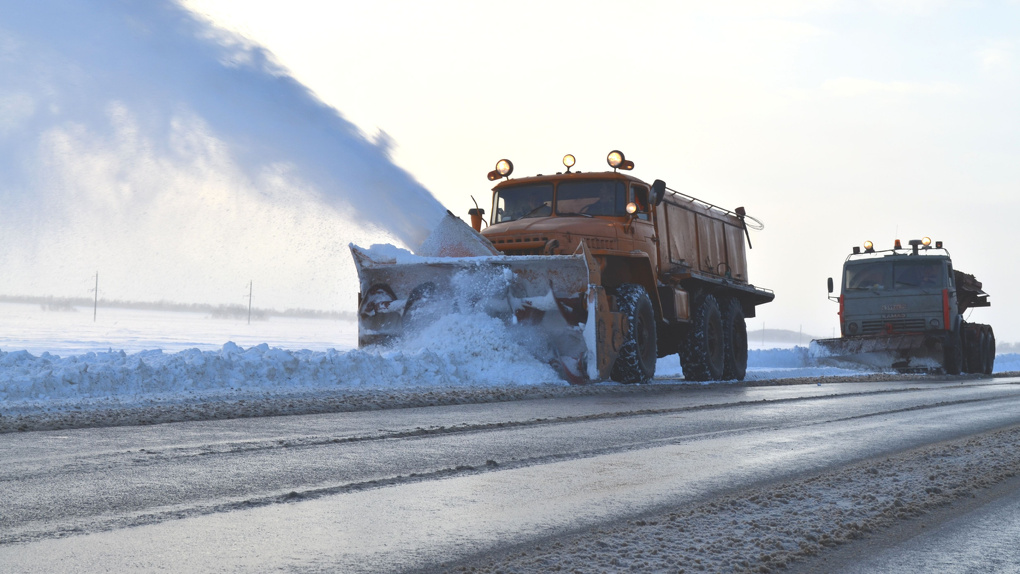 На тамбовских трассах чистят снег, используя сыпучие и жидкие реагенты