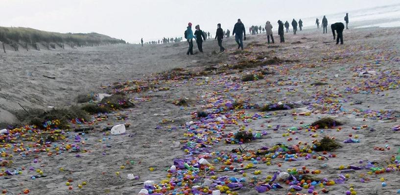 На берег Германии выбросило тысячи пластиковых яиц с игрушкам внутри