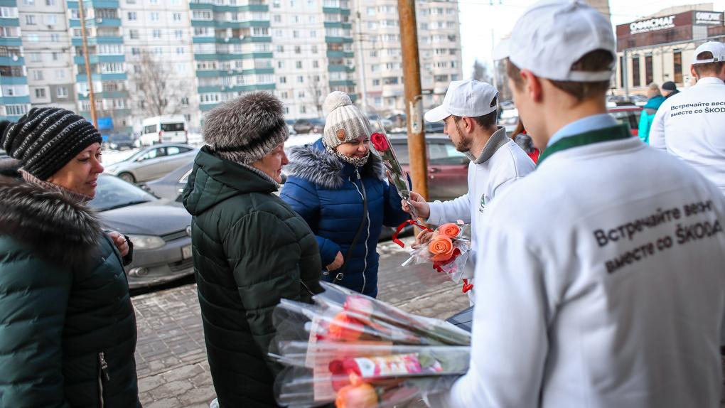 Цветочный патруль ŠKODA подарил тамбовчанкам праздничное настроение