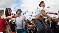 В Москве хипстеры соревновались в метании очков и перетягивании джинсов