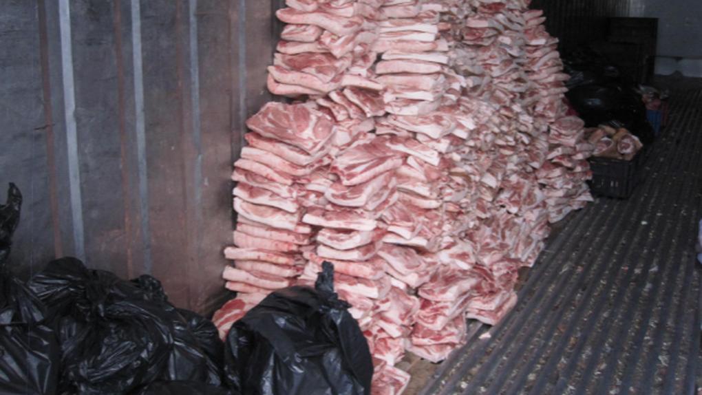 Шокированы даже надзорные органы: в магазине области мясо хранили буквально на земле