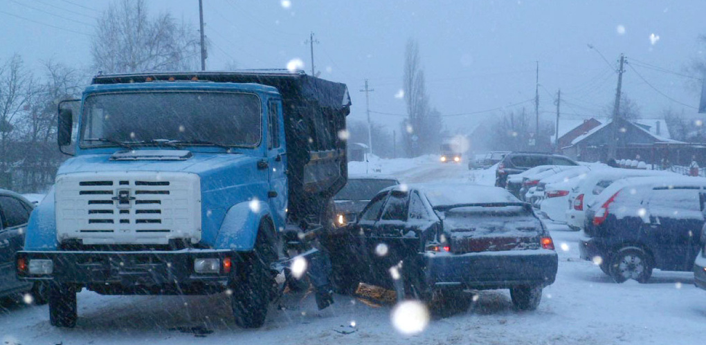 Женщина на легковушке боком въехала в грузовик