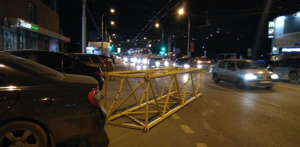 Длинномер спровоцировал пробку на бульваре Энтузиастов