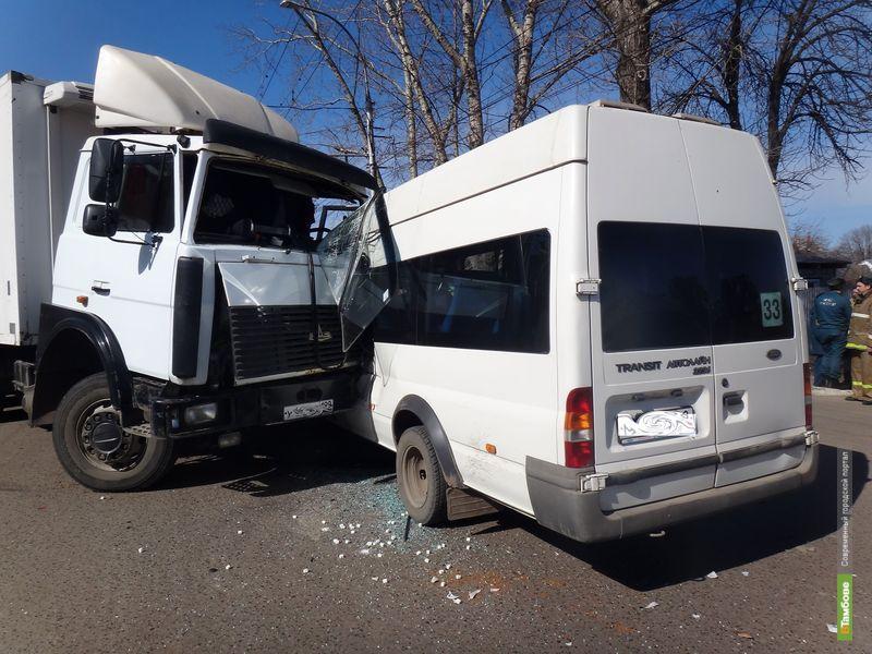 В Тамбове столкнулись фура и маршрутка: 7 человек пострадали