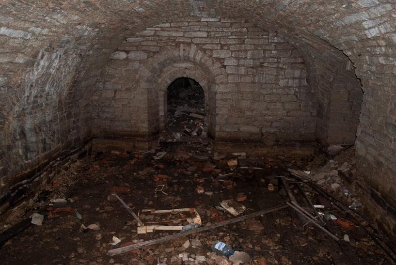 Должник спрятался от приставов в подвале