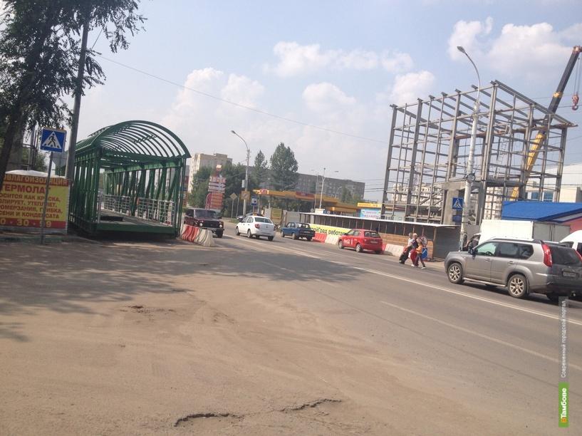 Строительство надземного пешеходного перехода на улице Киквидзе идёт полным ходом