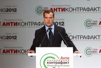 Медведев в борьбе с подделками ждет поддержки от сознательных россиян