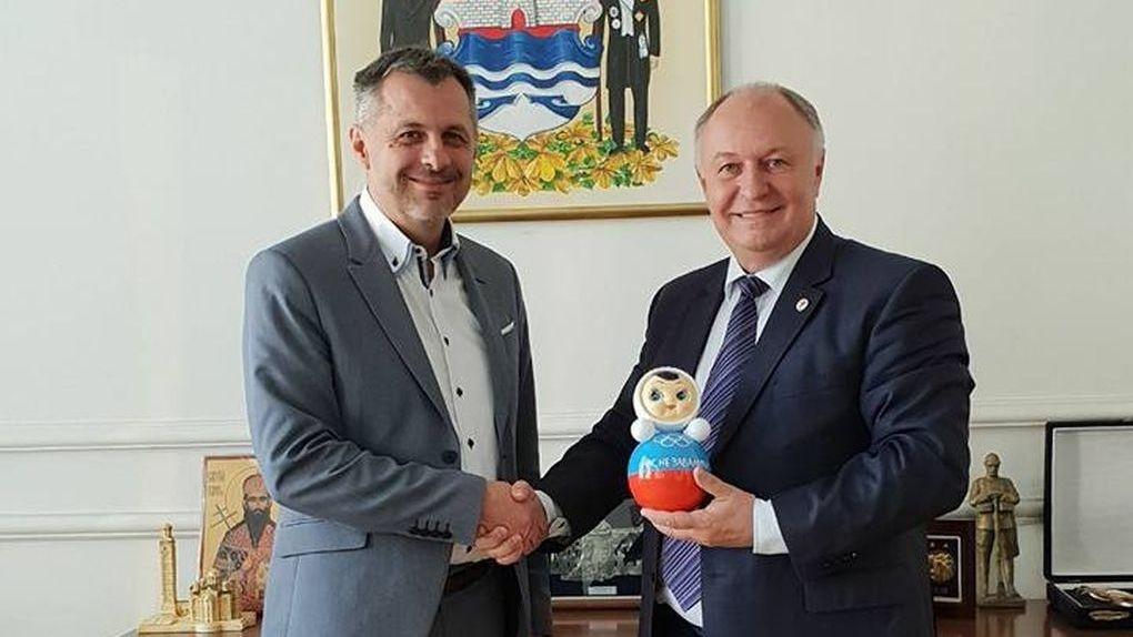 Глава Котовска подарил неваляшку мэру сербского города