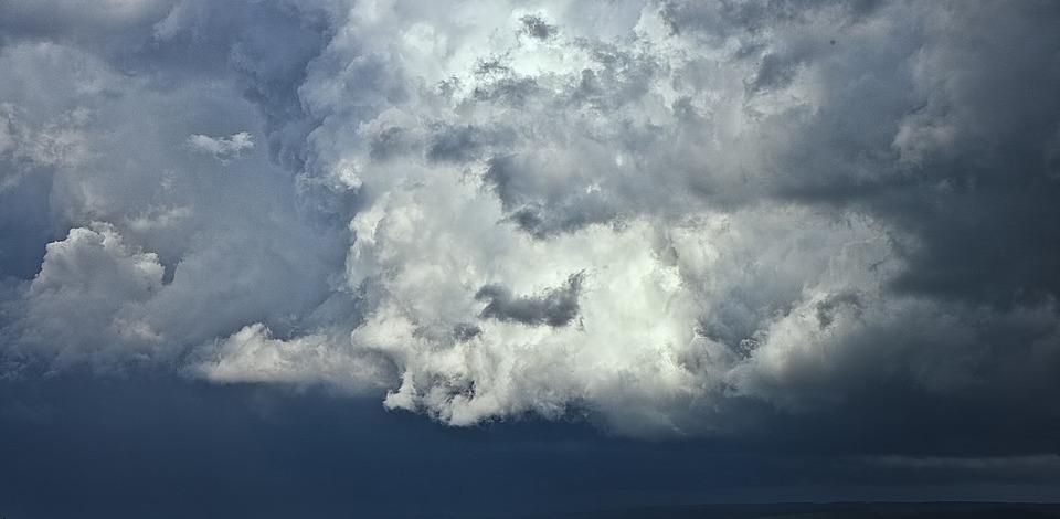 МЧС предупреждает: в ближайшие три часа ожидается усиление ветра и гроза