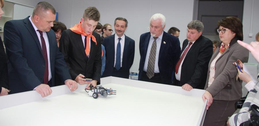 На открытии детского технопарка «Кванториум-Тамбов» собрали первого робота