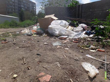 Жители тамбовской многоэтажки не замечают заглубленные контейнеры