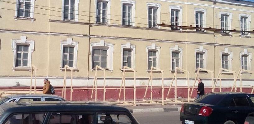 Укрепили стены: рабочие взялись за разрушающееся здание бывшего военкомата