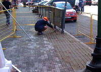 Блогер снял, как рабочие в Москве дорисовывали плитку