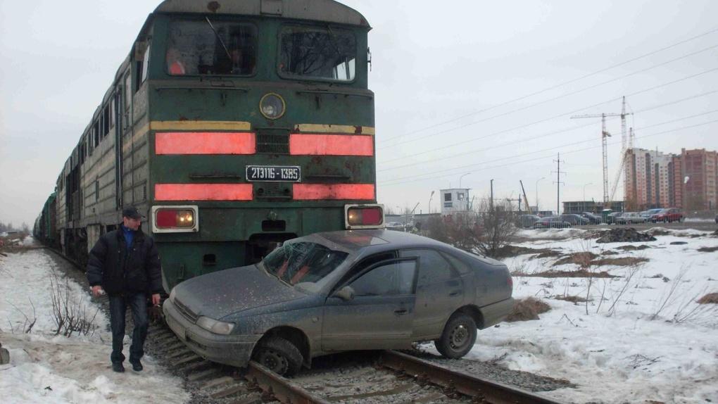 В Мучкапе на ж/д переезде поезд врезался в автомобиль