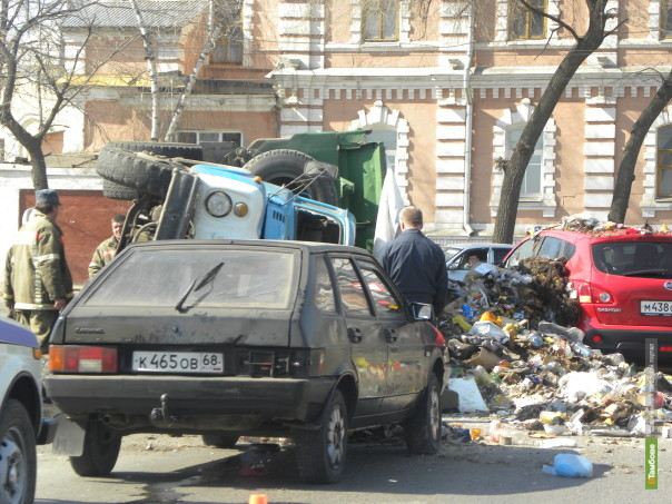 На центральной улице Тамбова три автомобиля оказались в «мусорном плену»