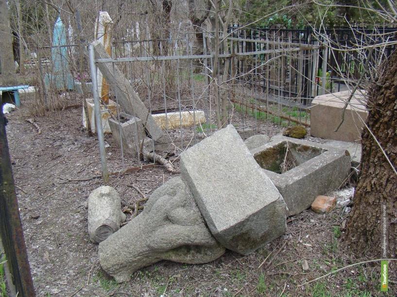 10 надгробий разграбили тамбовские вандалы в течение получаса