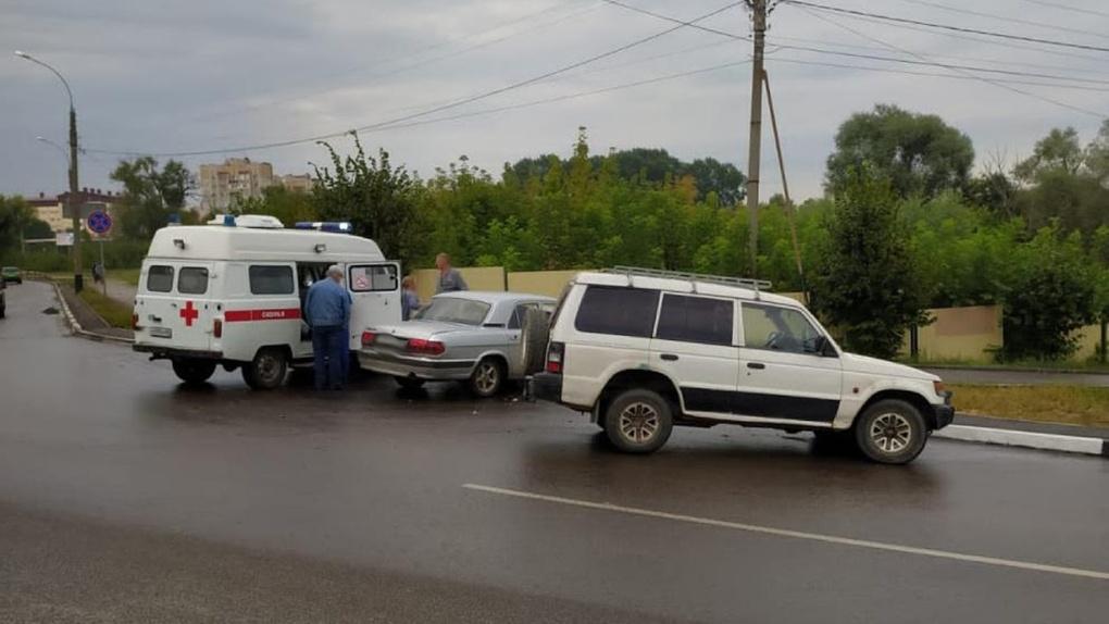 В Тамбове на улице Степана Разина джип врезался в «Волгу»