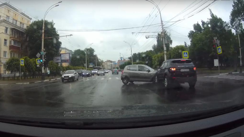 Очередное нелепое ДТП: в центре Тамбова столкнулись две иномарки