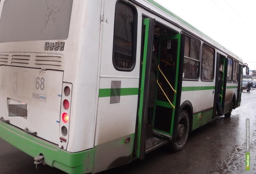 Водитель автобуса зажал пассажирку дверями и протащил несколько метров