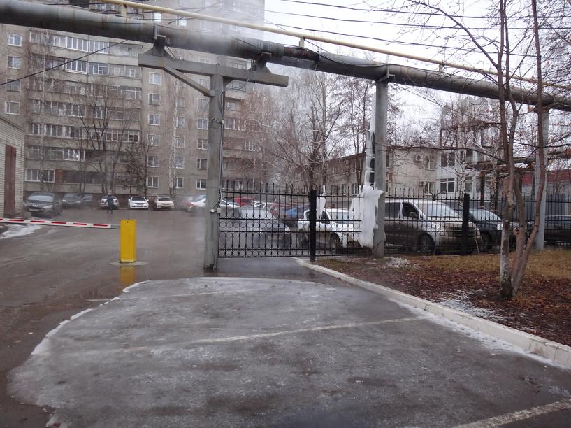 Вода из «бесхозной» трубы залила парковку