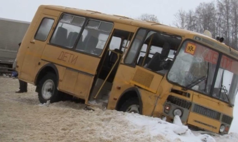 В Рассказовском районе школьный автобус столкнулся с фурой