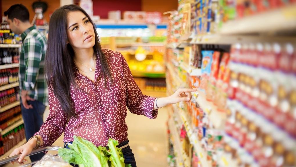 Продление сроков годности и другие нарушения выявили инспекторы при проверке тамбовского гипермаркета