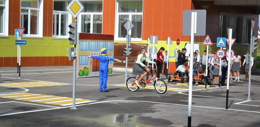 На территории школы Сколково появилась уменьшенная копия реальной дороги