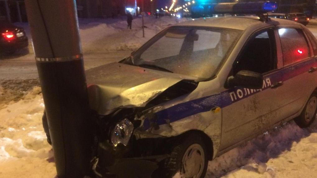 Машина Росгвардии со включенными мигалками попала в ДТП