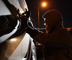 Пьяный мужчина врезался в столб на угнанном автомобиле