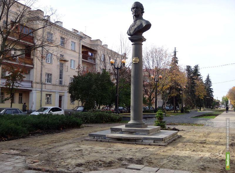 В Тамбове у памятника Державину исчезла тротуарная плитка