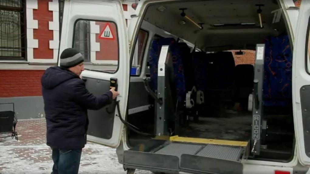 Инвалидов в Тамбове доставят на выборы на автомобилях с подъемниками. Их показал «Первый канал»