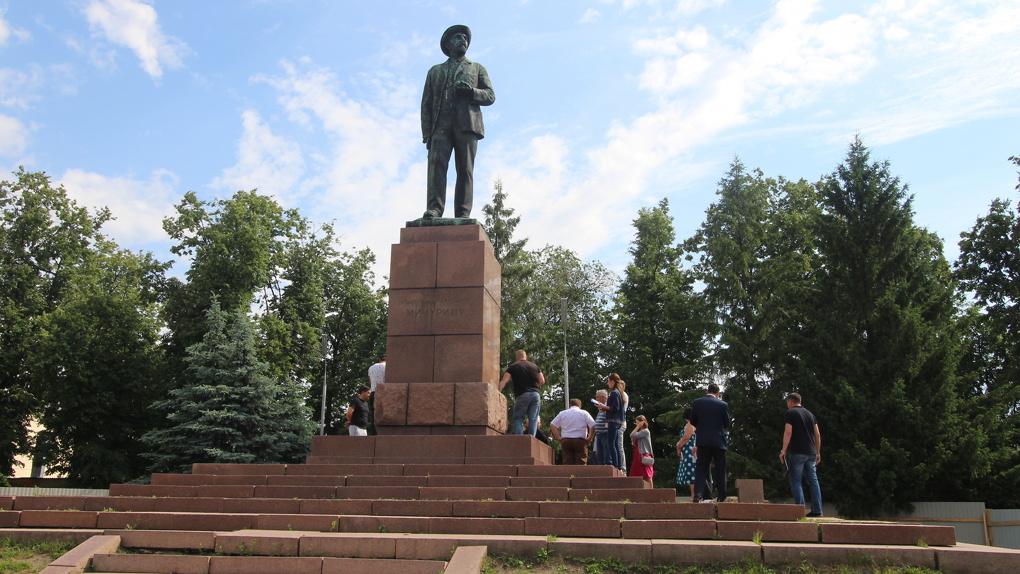В Мичуринске начались работы по реставрации памятника Мичурину