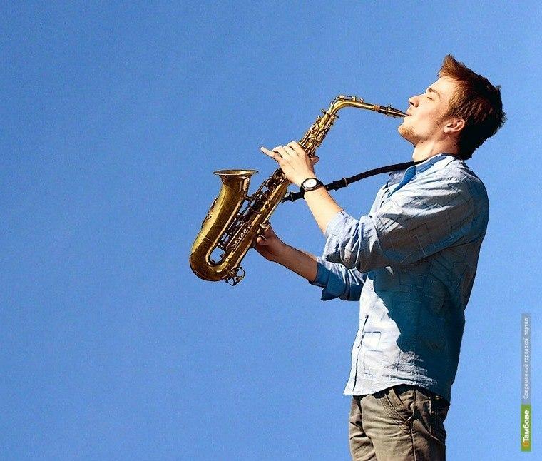 Картинка мужчина играет на саксофоне