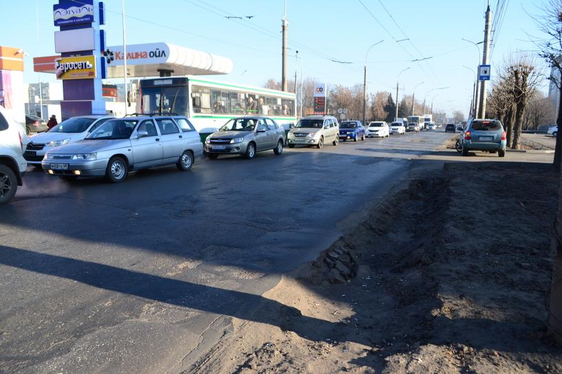 На бульваре Энтузиастов яма на обочине создаёт угрозу безопасности автомобилистов