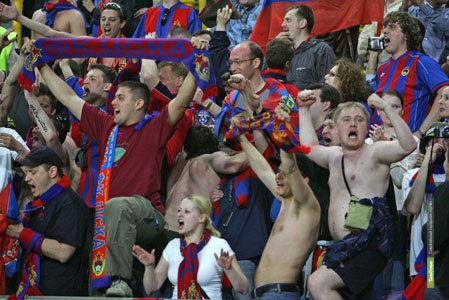 РФС запретит болельщикам стоять и курить на стадионах